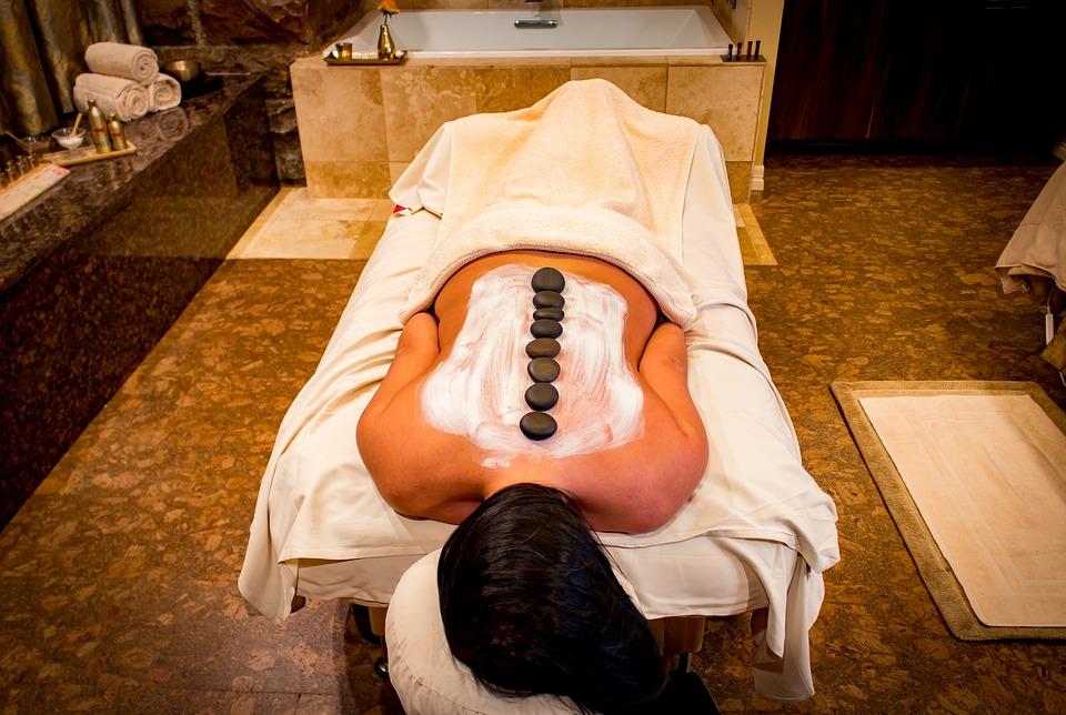 Qué esperar durante un masaje con piedras calientes
