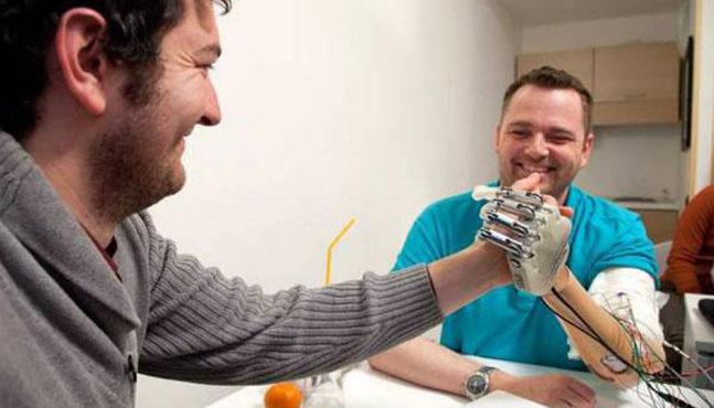 La primera mano biónica con sentido del tacto