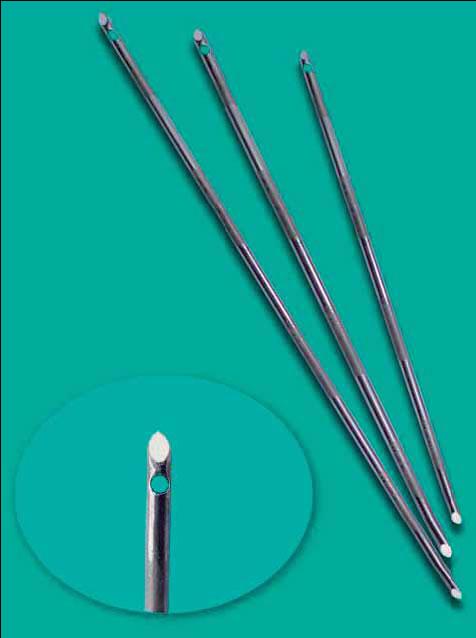 """Fig. 2: Las agujas """"Demax"""" biseladas que terminan en punta en ambos extremos y detalle del orificio por donde pasa la sutura."""