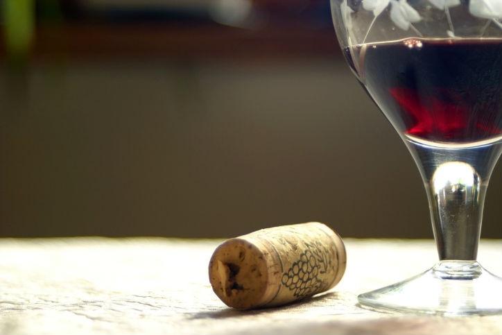 Consumir una cantidad moderada de alcohol podría ayudar a evitar la ganancia de peso