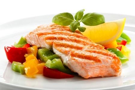 Explican porqué comer pescado protege el corazón
