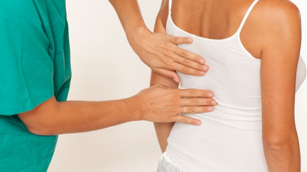 El dolor de espalda es un padecimiento occidental que puedes aliviar con 5 ejercicios