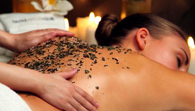 Por qué los exfoliantes corporales complementan su tratamiento de spa